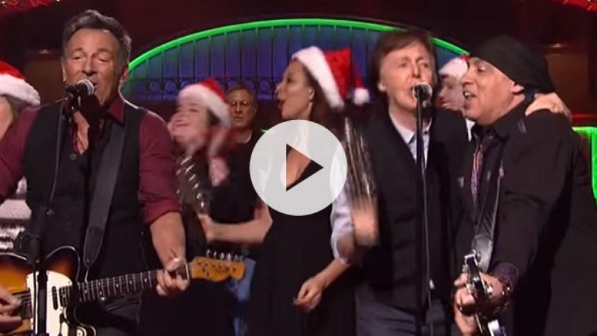 Se Springsteen og McCartney synge julen ind