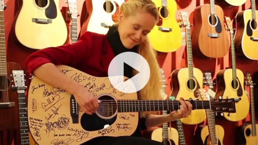 Video: Tina Dickow runder året af på Vandreguitaren