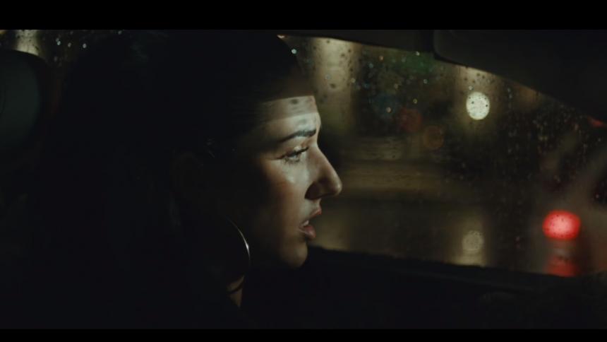 Ny musikvideo: Nayah brænder fingrene på kærligheden