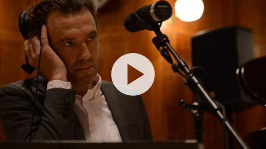 Video: Se Nikolaj Nørlund fremføre smuk ny sang med symfoniorkester