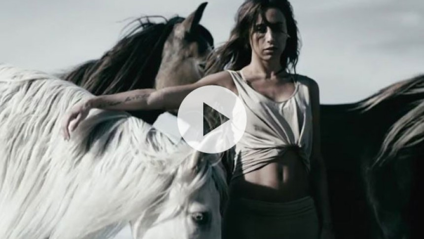 Se Medina til hest i ny musikvideo