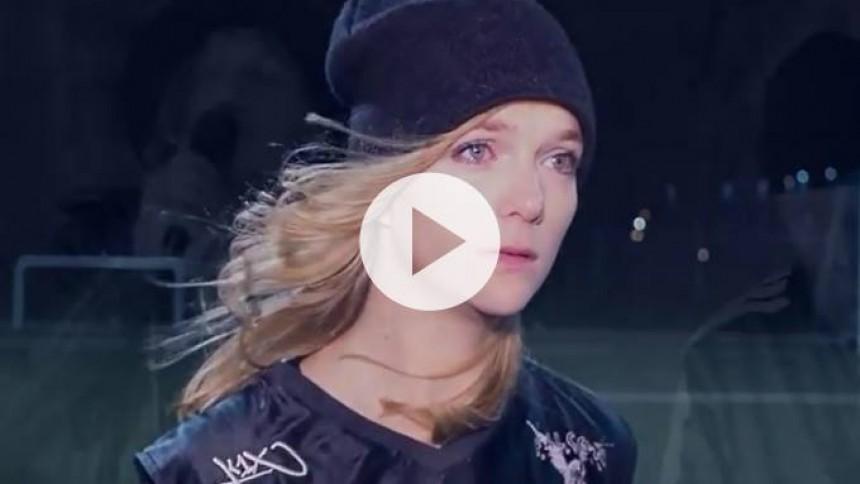 Video: En kvinde i øksekamp til en flirtende rockvokal