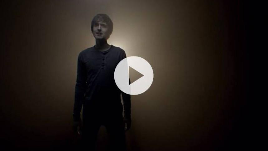 Video: Trommeslageren Mikas går solo som sanger og sangskriver