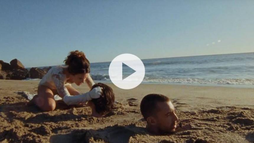 Video: Se Roskilde-aktuelle The Last Shadow Puppets i sand til halsen