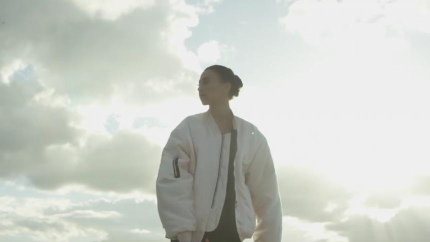 Musikvideo: Medina mindes sit første møde med kærligheden