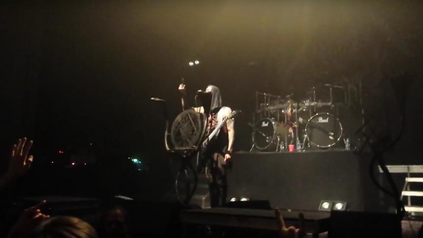 Videoklip: Metalbands spreder afdød fans aske til koncerter