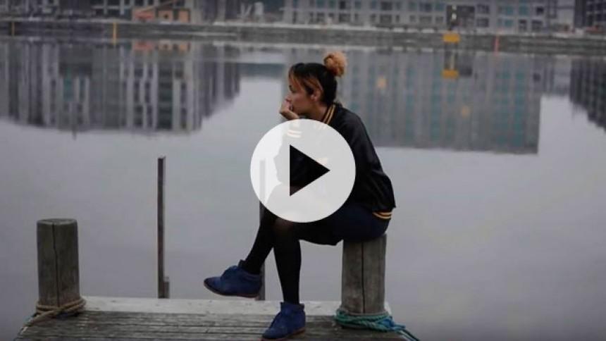 """Aisha med en fortid i Savage Rose er klar med video til ørehængeren """"Dronning Bi"""""""