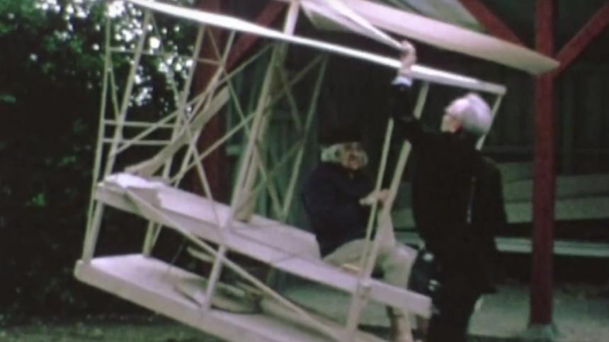 Musikvideopremiere: Gal Aarhus-kunstner fløj bort fra psykiatrisk hospital