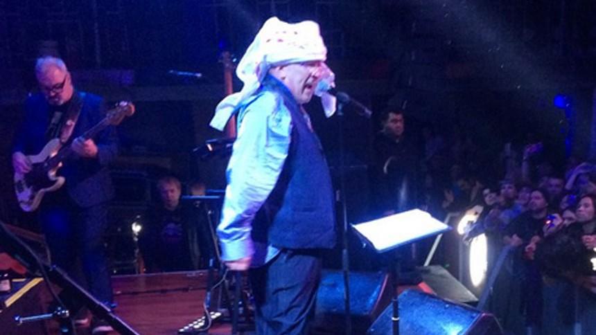 Sex Pistols-sanger ramt af flaske i hovedet på scenen –men synger videre