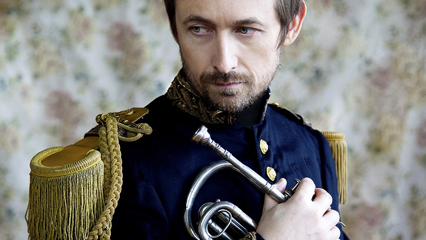 Interview: The Divine Comedy holder Valentins Dag i Vega med kærlighed og kammerpop