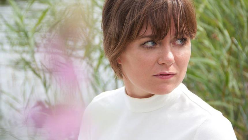 Katrine Stochholm fra Under Byen er klar med solodebuten: – Sangene fik mig til at danse i studiet