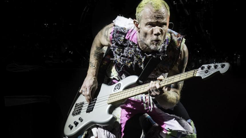 RHCP-koncert ramt af strømsvigt – Flea underholdt publikum ved at stå på hænder