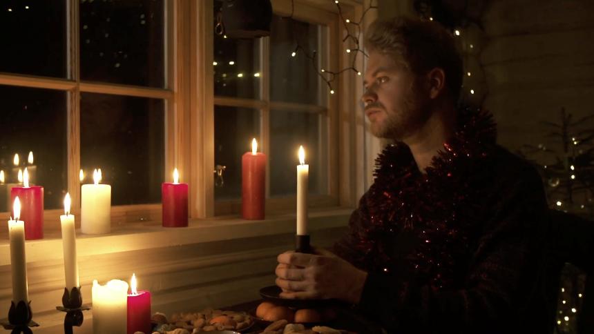 Christian Hjelm skruer helt op for julehyggen i ny musikvideo