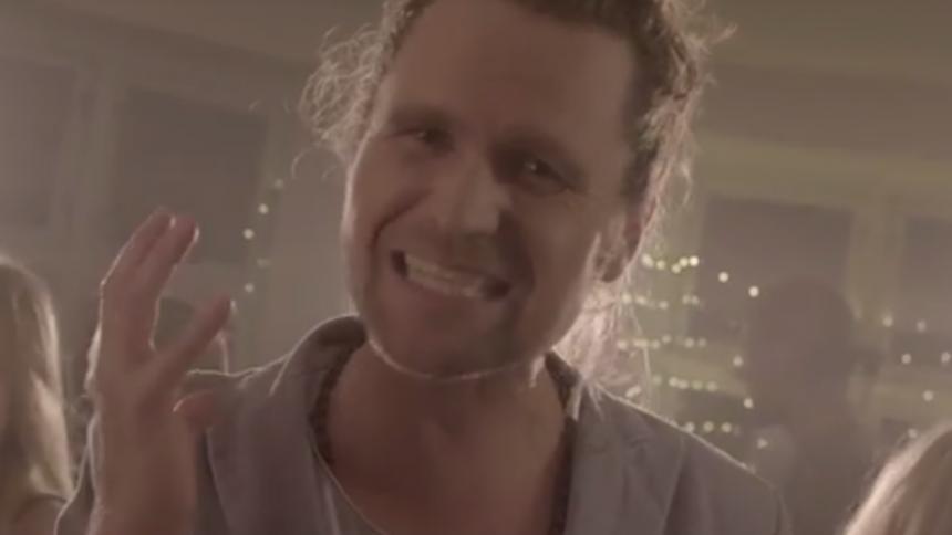 Videopremiere: X Factor-vinder Thomas Ring dulmer knust hjerte til nytårsfest