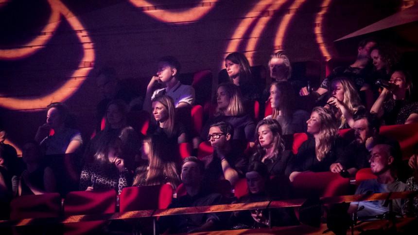Siddende koncerter med op til 500 personer er nu tilladt i Danmark