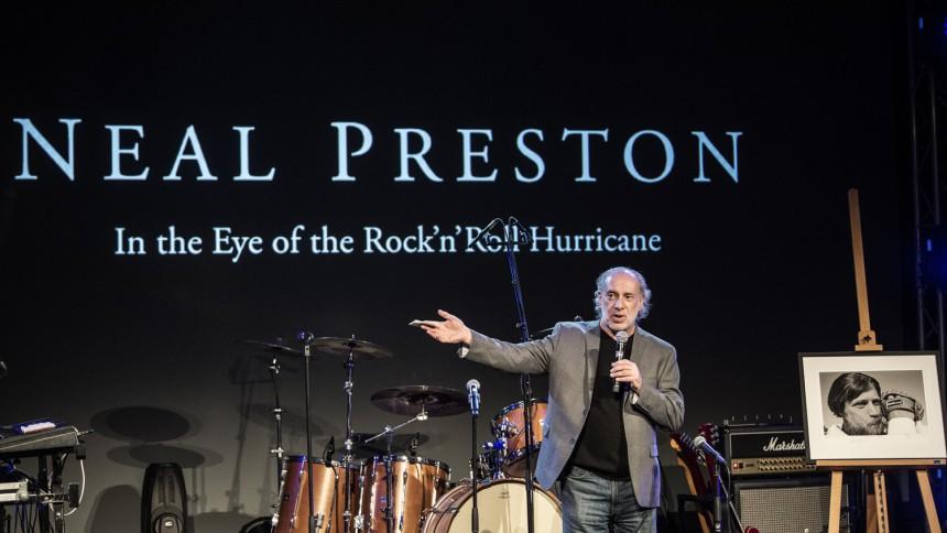 Reportage: I rock'n'roll-orkanens øje i Randers med stjernefotografen Neal Preston