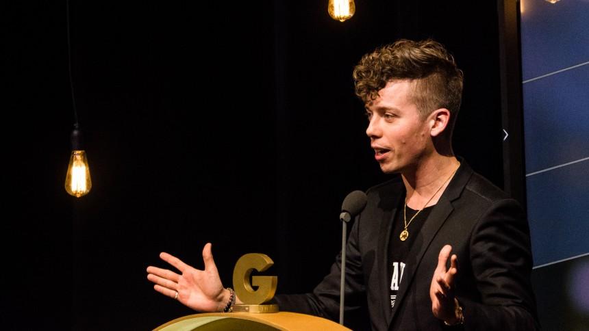 """Video: Se Mads Langer takke for prisen """"Årets Danske Popudgivelse"""" til GAFFA-Prisen 2016"""