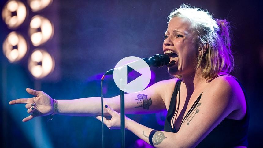 Video: Se turné- og albumaktuelle Katinka krænge sjælen ud til GAFFA-Prisen