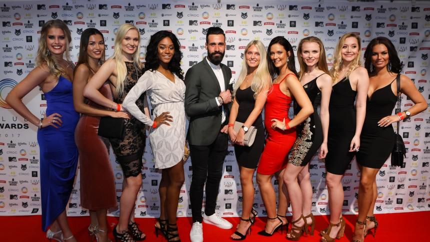 Se stjernerne på den røde løber til Club Awards