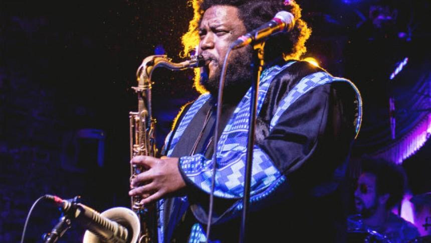 Saxofonstjernen Kamasi Washington – kendt fra Kendrick Lamar – giver dansk koncert