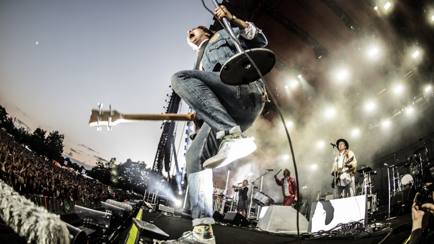 Arcade Fires Will Butler falder under koncert