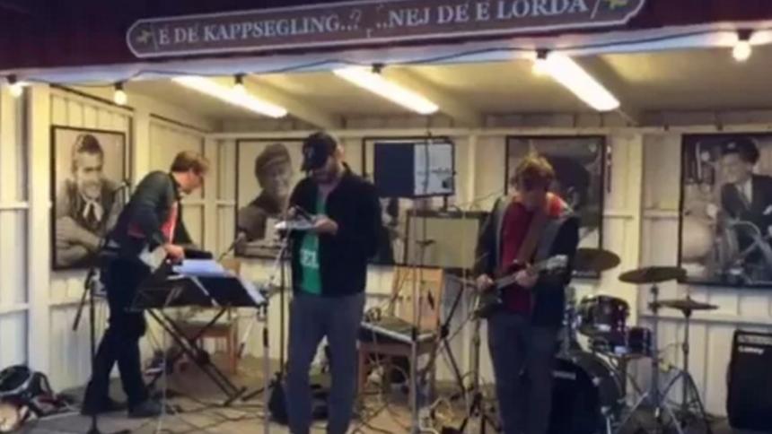 Video: Se Haven-aktuelle Bon Iver spille for intetanende gæster på lille svensk ø