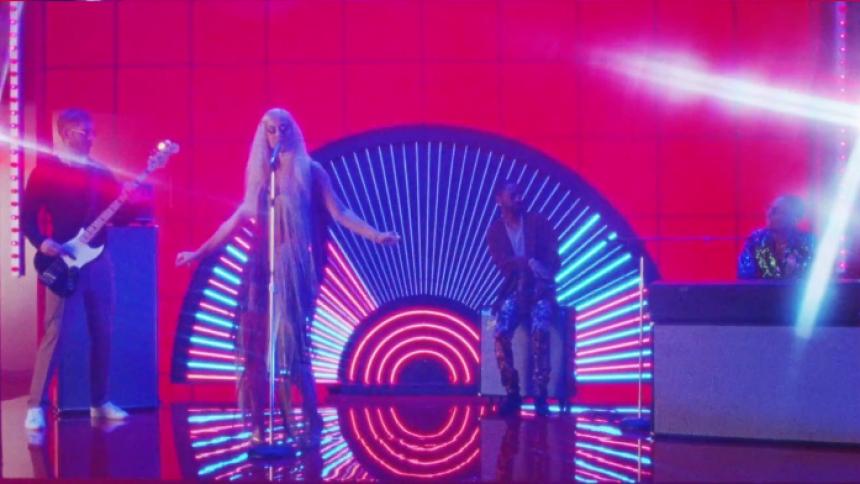 """Calvin Harris laver ny retro-""""Feels""""-musikvideo"""
