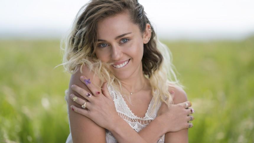Se Miley Cyrus fremføre tre nye sange live – single på vej