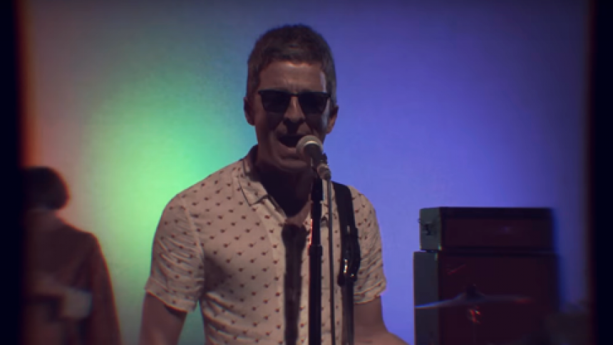 Gallagher forvandler sig til Ricky Martin på ny single