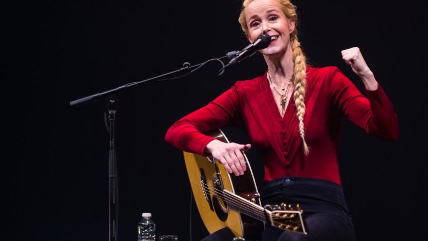 Julekalender låge 4: Hør årets bedste sang ifølge Tina Dickow