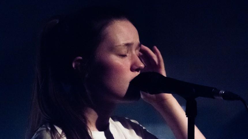 Uimponeret, ung sangerinde imponerede