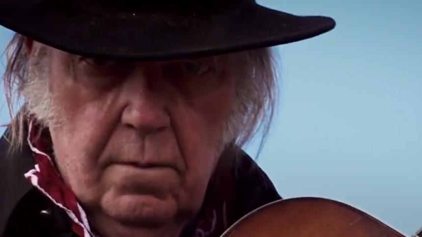 VIDEO: Neil Young i livesession fra stuen – hustruen Daryl Hannah filmer