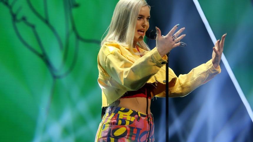 Popstjernen Anne-Marie kommer til Danmark