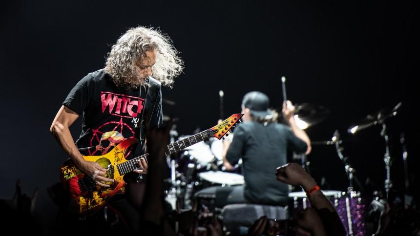 Metallica-guitarist falder på scenen – glider på våd pedal