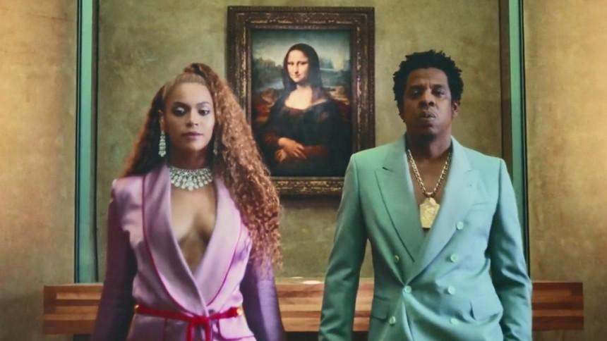 Fan løber ind på scenen under Jay-Z og Beyoncé-koncert