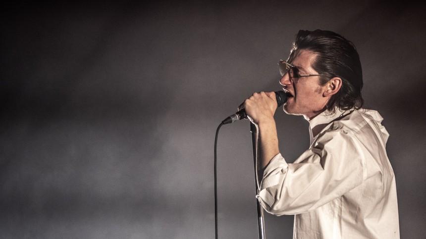 Hør Arctic Monkeys fortolke The Strokes