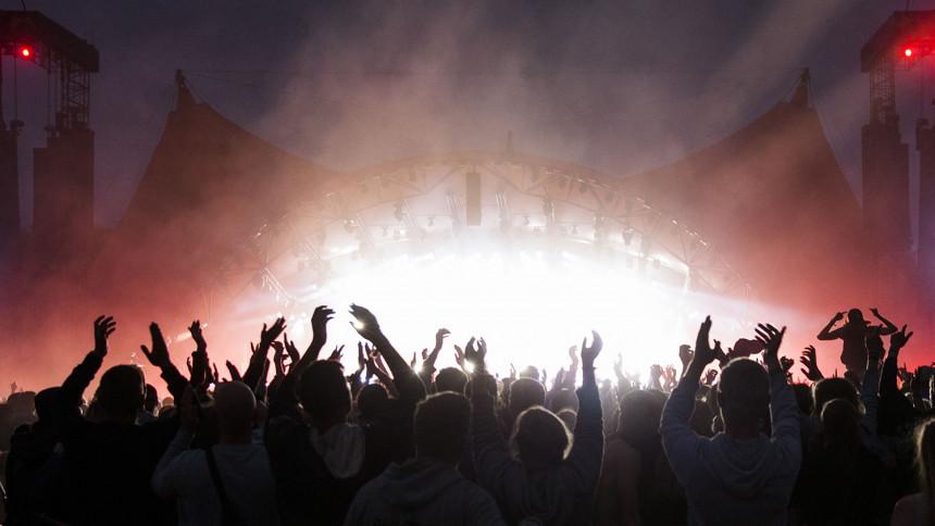 Gorillaz afbryder Roskilde-koncert efter faldulykke