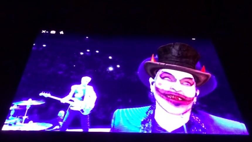 Se med, når U2 håner Jimmie Åkesson fra scenekanten