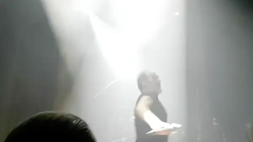 Se gothikonet Peter Murphy kaste glas fra scenen – og blive nedlagt af vagter