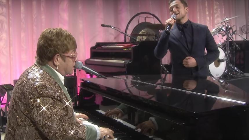"""VIDEO: Se Elton John og Taron Egerton spille """"Tiny Dancer"""""""