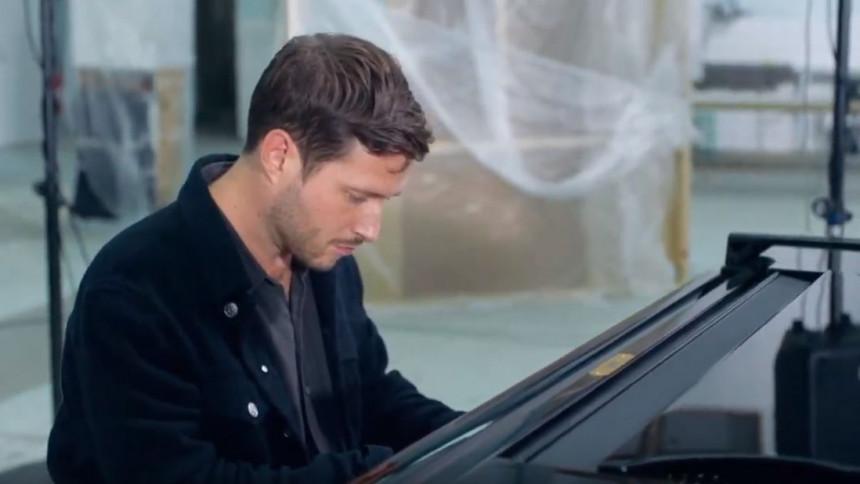 VIDEOPREMIERE: Se klavervirtuosen August Rosenbaum improvisere i ny video