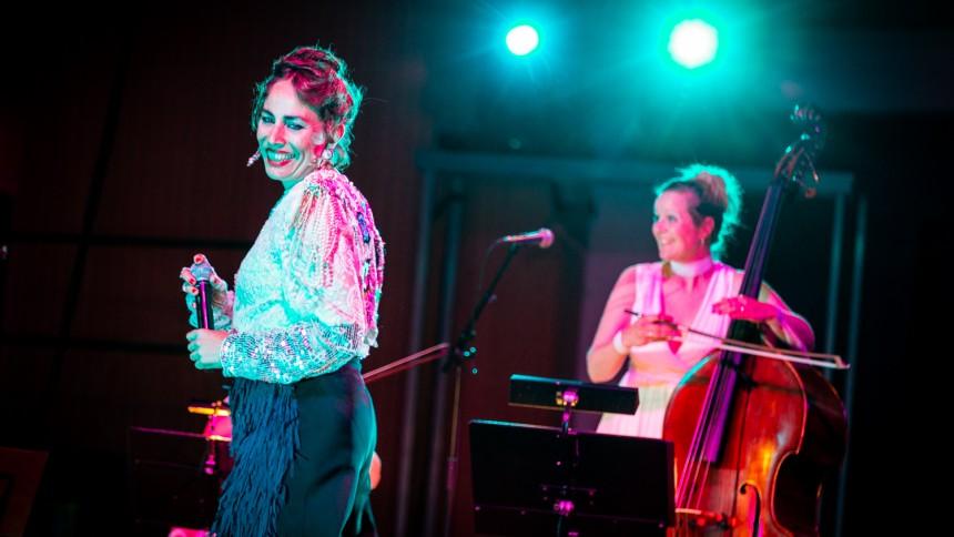 Jenny Wilson dj'er og giver koncert i Danmark