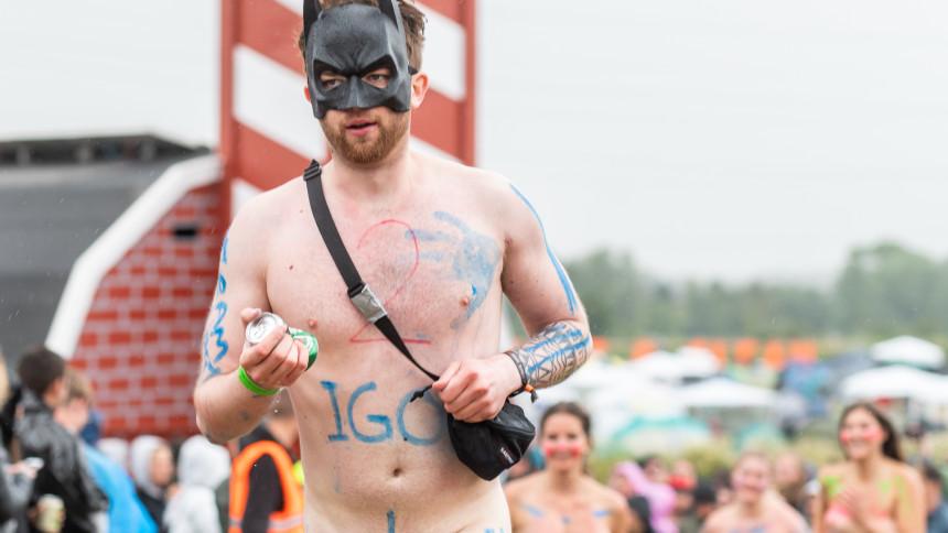 FOTOSERIE: Fart over feltet i Roskilde Festivals nøgenløb