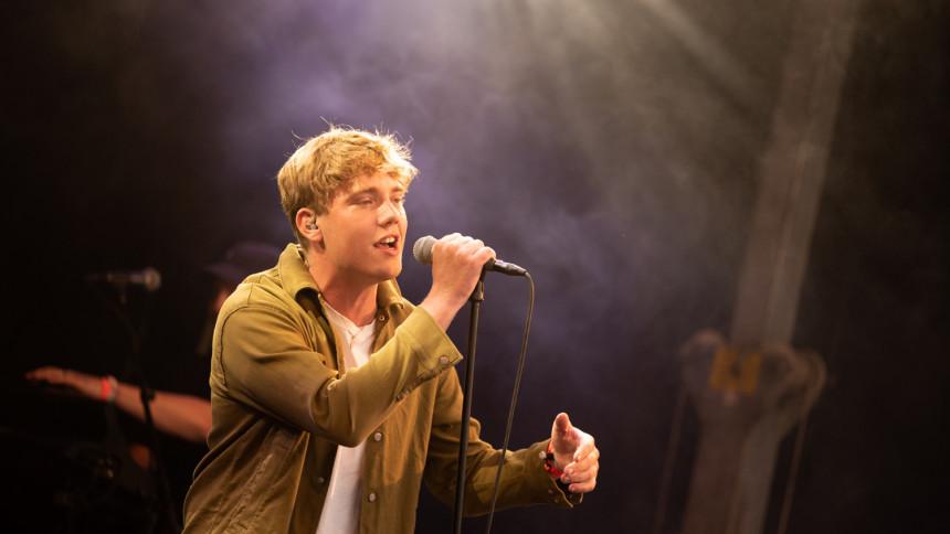 Den unge Anton Walter annoncerer ny musik samt miniturné