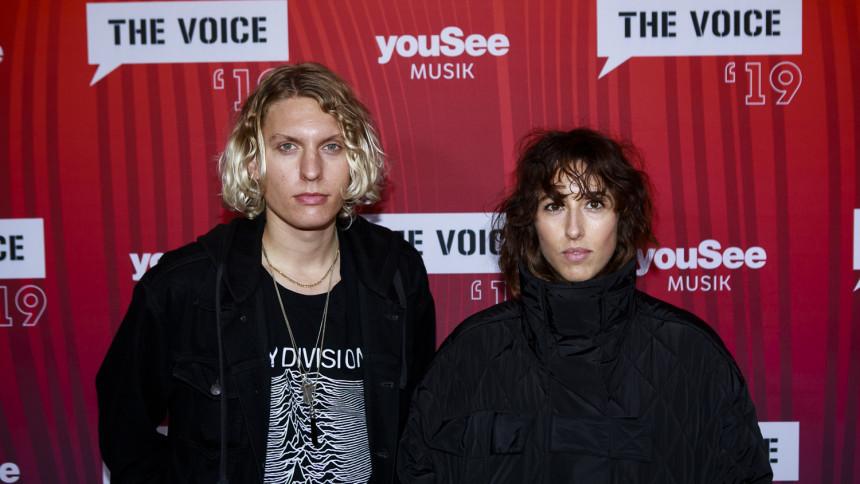 Se stjernerne på den røde løber til The Voice-prisen
