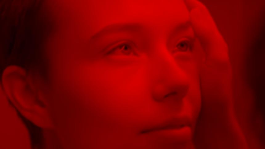 """Girl In Red udgiver blodrød video til """"Bad Idea!"""""""