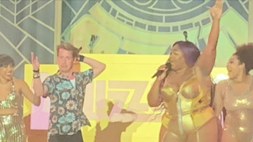 VIDEO: Macaulay Culkin joiner Lizzo på scenen