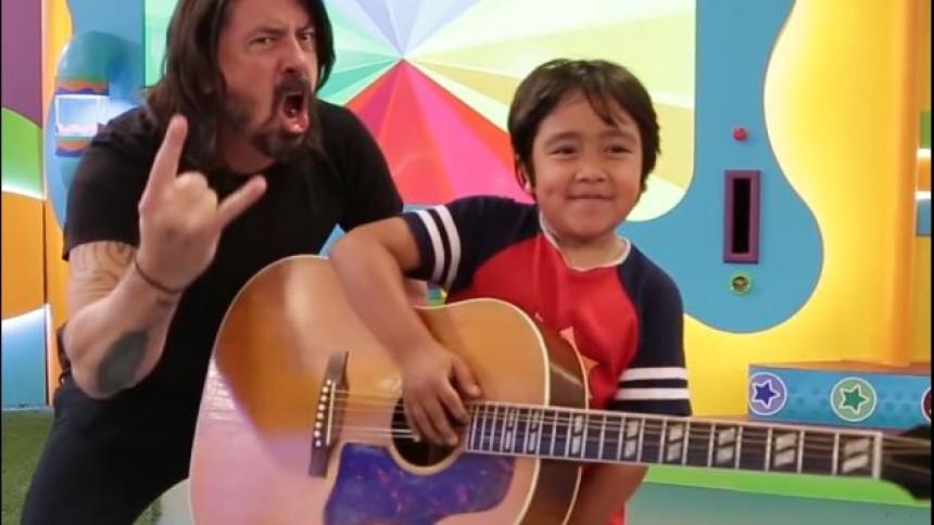VIDEO: Dave Grohl rocker ud i børneshow