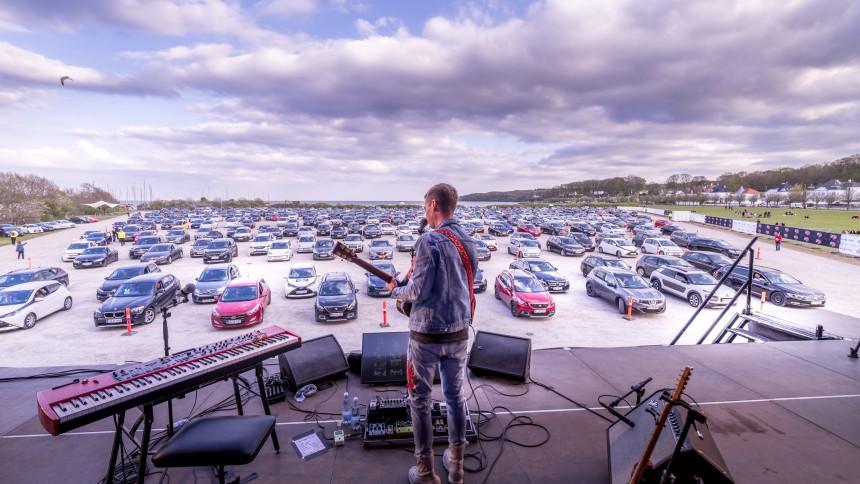 FOTOREPORTAGE: Mads Langer åbnede Danmarks første drive in-koncertsted