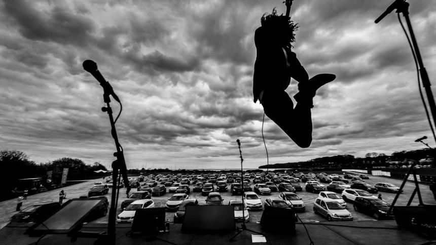 FOTOSERIE: Thomas Buttenschøn gav første bandkoncert på Danmarks nye drive-in-scene